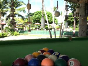 Een biljarttafel in Coco Lanta Resort - SHA Certified