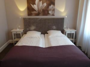 A bed or beds in a room at Hotel Commodore