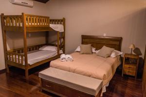 A bunk bed or bunk beds in a room at Hospedagem Vila Suíça