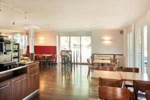 Apart-Hotel Zurich Airport tesisinde bir restoran veya yemek mekanı
