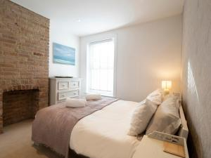 A bed or beds in a room at Sail Away - 2 bed apartment near the seaside