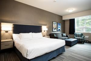 A bed or beds in a room at Mountaineer Lodge
