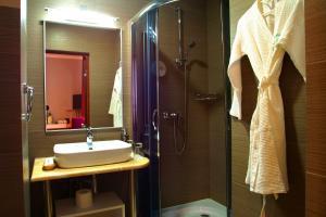 A bathroom at City Park Hotel