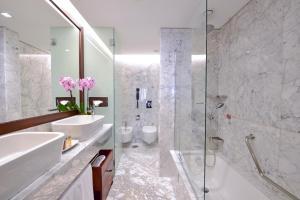 Een badkamer bij Porto Palácio Hotel by The Editory