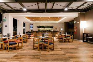 A restaurant or other place to eat at Costa del Sol Wyndham Tumbes