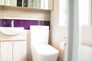 A bathroom at Herons Lake Retreat Lodges