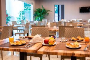 A restaurant or other place to eat at Eracle Hotel
