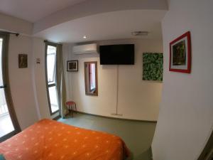 Uma TV ou centro de entretenimento em Malevo Murana Hostel