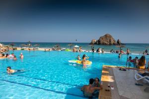 المسبح في Sandy Beach Hotel & Resort أو بالجوار
