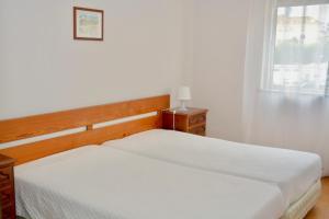 Een bed of bedden in een kamer bij Squash Club Apartamentos