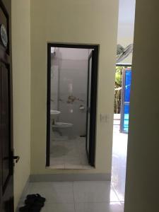 A bathroom at Duc Thang Guest House (Nhà Nghỉ Đức Thắng)