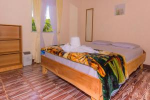 A bed or beds in a room at Backpackers Hakuna Matata Monteverde