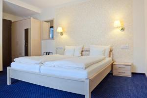 Ein Bett oder Betten in einem Zimmer der Unterkunft City-Hotel