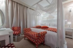 Un ou plusieurs lits dans un hébergement de l'établissement Art Palace Suites & Spa