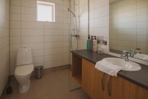 A bathroom at Framtid Apartments and Holiday Homes