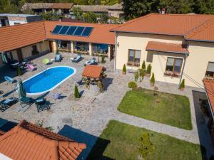 """Изглед към басейн в Къща за гости """"Николия"""" или наблизо"""