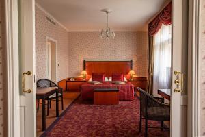 Postel nebo postele na pokoji v ubytování Grandhotel Pupp