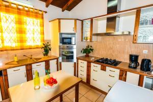 Cuisine ou kitchenette dans l'établissement TKZFEIE Baie-Mahault