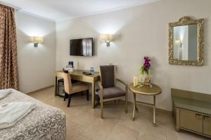 Een TV en/of entertainmentcenter bij El Tiburon Boutique Hotel & Spa (Adults Recommended)