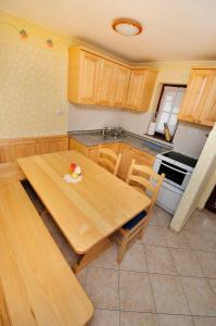 Kuhinja oz. manjša kuhinja v nastanitvi Ekološka turistična kmetija pri Lovrču