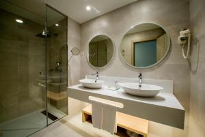 Salle de bains dans l'établissement Bahia Principe Fantasia Tenerife