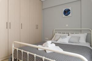 A bed or beds in a room at Elise Apartment Airport by Airstay