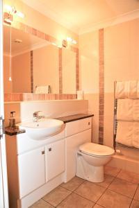 A bathroom at Millfields Hotel