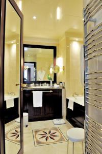 Um banheiro em Hôtel Napoleon Paris