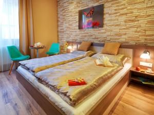 A bed or beds in a room at Hotel Viktor