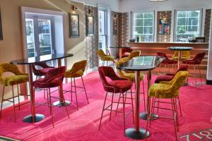 The lounge or bar area at Royal Exeter Hotel