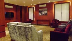 Uma área de estar em Taleen AlMasif hotel apartments