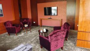 Uma TV ou centro de entretenimento em Taleen AlMasif hotel apartments