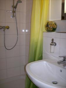 """A bathroom at Gästehaus """"Haus am Hahnenberg"""""""