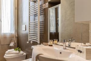 A bathroom at La Casa Rosa