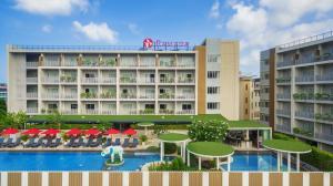 Вид на бассейн в Ramada by Wyndham Phuket Deevana Patong - SHA Plus Certified или окрестностях