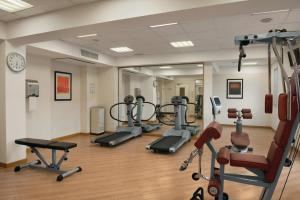 The fitness centre and/or fitness facilities at Hilton Garden Inn Rome Airport