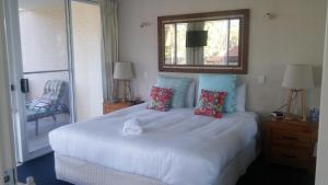 A bed or beds in a room at Apollo Luxury Apartments