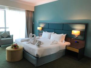 A bed or beds in a room at City Seasons Hotel Dubai