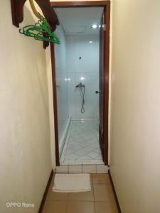 A bathroom at Kuching Waterfront Lodge
