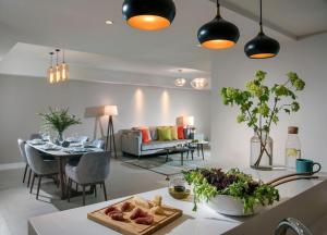 A restaurant or other place to eat at Tianfu Square Serviced Suites by Lanson Place