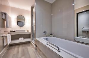 A bathroom at Victoria & Alfred Hotel