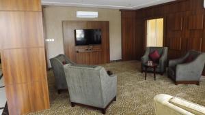 Uma área de estar em Baron Palace - AlMasif hotel apartments