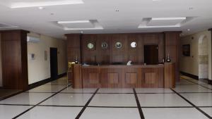 O saguão ou recepção de Baron Palace - AlMasif hotel apartments