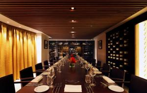 A restaurant or other place to eat at Taj 51 Buckingham Gate Suites and Residences