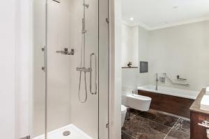 A bathroom at Taj 51 Buckingham Gate Suites and Residences