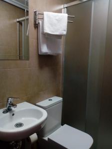A bathroom at Hostal Álvarez