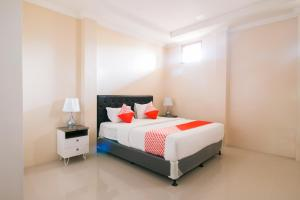 A bed or beds in a room at OYO 1667 Edotel Smkn 1 Pacet Syariah