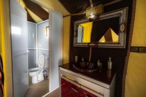 A bathroom at Dunes Luxury Camp