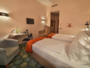 Cama ou camas em um quarto em Ramada Airport Hotel Prague