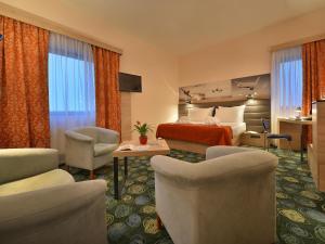 Uma área de estar em Ramada Airport Hotel Prague